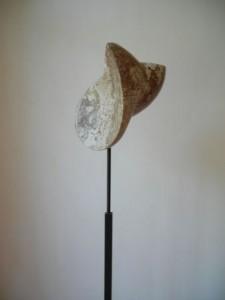 """Skulptur """"Bewegung"""", Gauinger Travertin, Eisen, 20cmX23cmX170cm, 2005"""