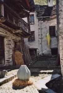 Installation Wandlungsspur, Skulpturenweg Peccia, 2003
